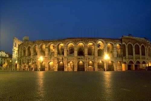 Arena di Verona vista notturna