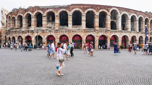 Turisti davanti all'Arena di Verona