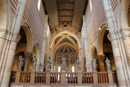 L'interno della basilica di San Zeno