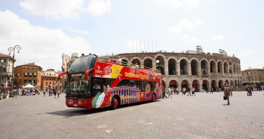Il bus City Sightseeing in Piazza Bra davanti all'Arena di Verona